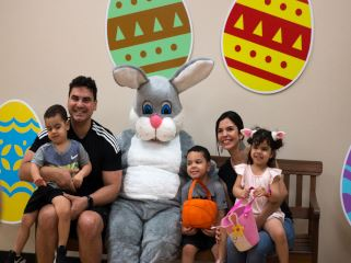 Photo Easter Bunny and family web
